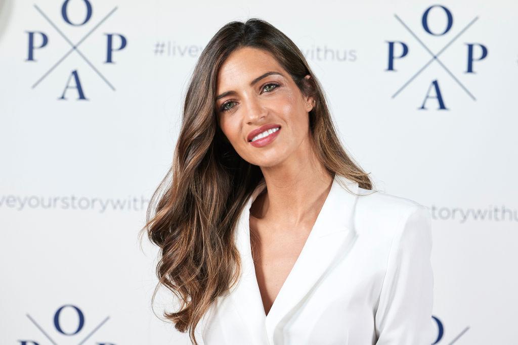 Sara Carbonero îmbrăcată într-un sacou alb pe covorul roșu