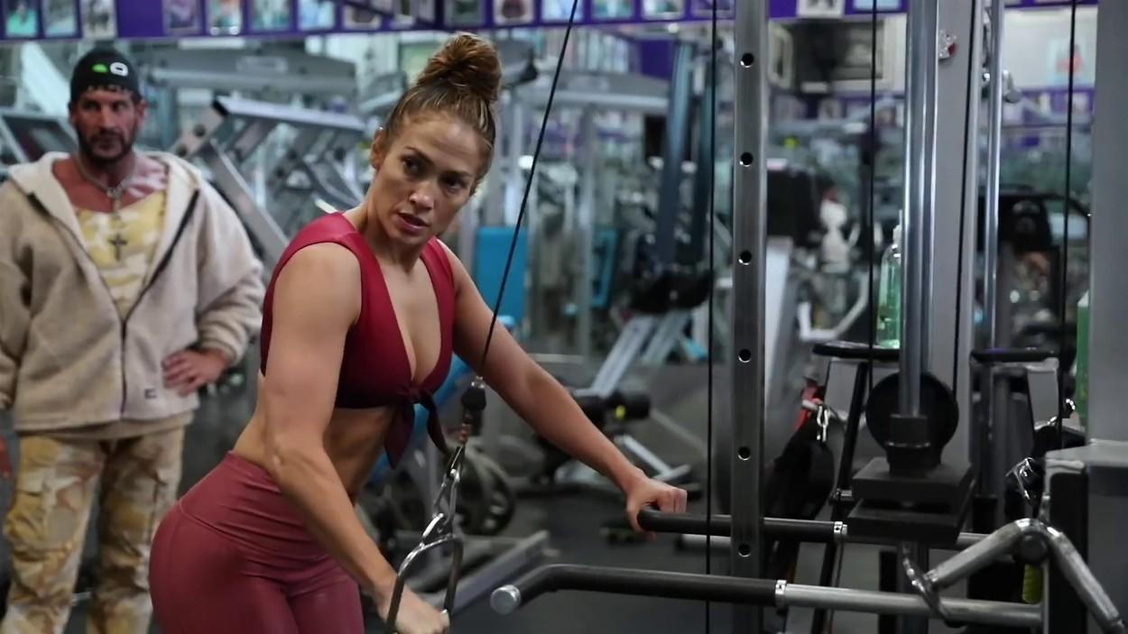 Jennifer Lopez se antrenează în sala de sport într-un costum roșu