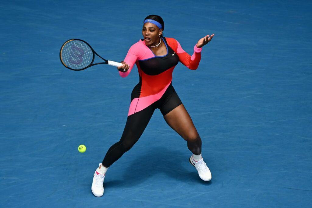 Serena Williams la Australian Open lovind mingea de tenis cu racheta