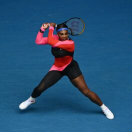 Serena Williams la Australian Open 2021 pe teren, cu racheta în mână