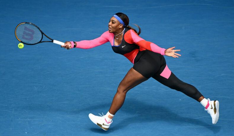Serena Williams la Australian Open 2021 pe teren în costumul decupat