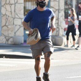 Shia LaBeouf, surprins pe stradă, la alergare, într-o ținută sport
