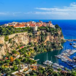 Cea mai mare stâncă din Monte Catlo, Monaco, lângă port