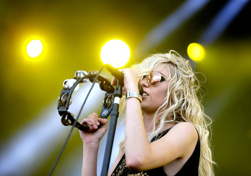Taylor Momsen pe scena unui festival de muzică, în timp ce cântă la microfon