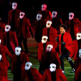 The Weeknd prestând alături de dansatorii bandajați la Super Bowl 2021