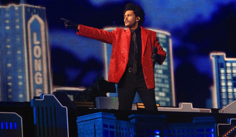 The Weeknd pe scena de la spectacolul din Super Bowl 2021 într-un costum roșu