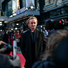 Tom Felton în fața camerelor pe covorul roșu