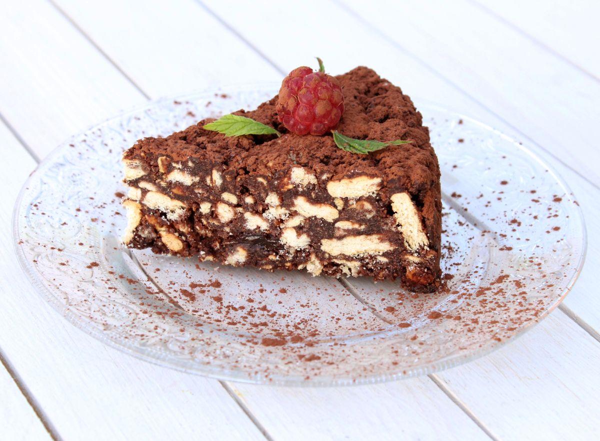Felie de tort de ciocolată cu bicuiți pe o farfurie albă
