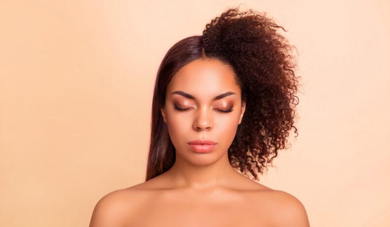 Imagine cu o femeie care a folosit tratamentul cu keratină în îndreptarea părului