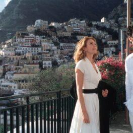 Diane Lane îmbrăcată cu o rochie albă alături de Raoul Bova