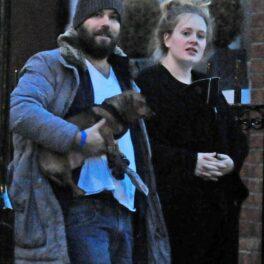 Adele și SImon Konecki surprinși în timpul unei plimbări în oraș îmbrăcați casual