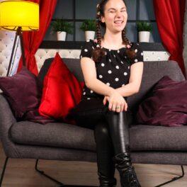 Andrada Precup, râde și e dornică să afle cât mai repede întrebările din interviu