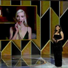 Anya Taylor-Joy are o expresie surprinsă și fericită în timpul ceremoniei de decernare a Globurilor de Aur când află că a câștigat un trofeu