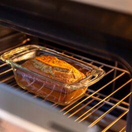 Tava cu banana bread în cuptor pentru coacere