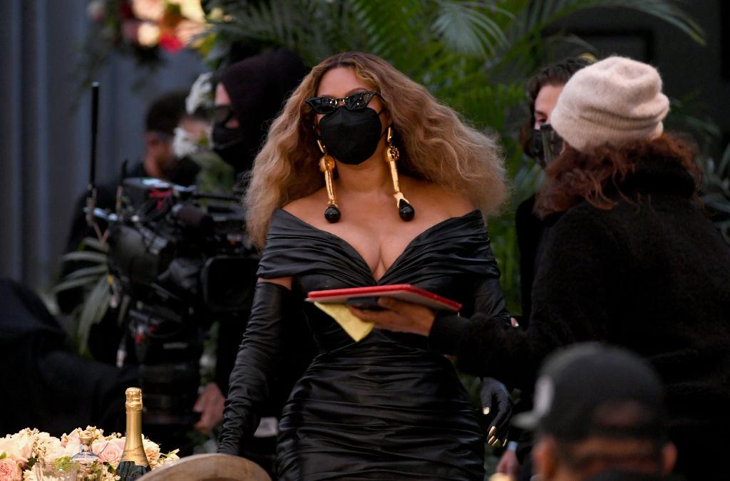 Beyonce a purtat o mască neagră, asortată cu ținuta, la Premiile Grammy 2021