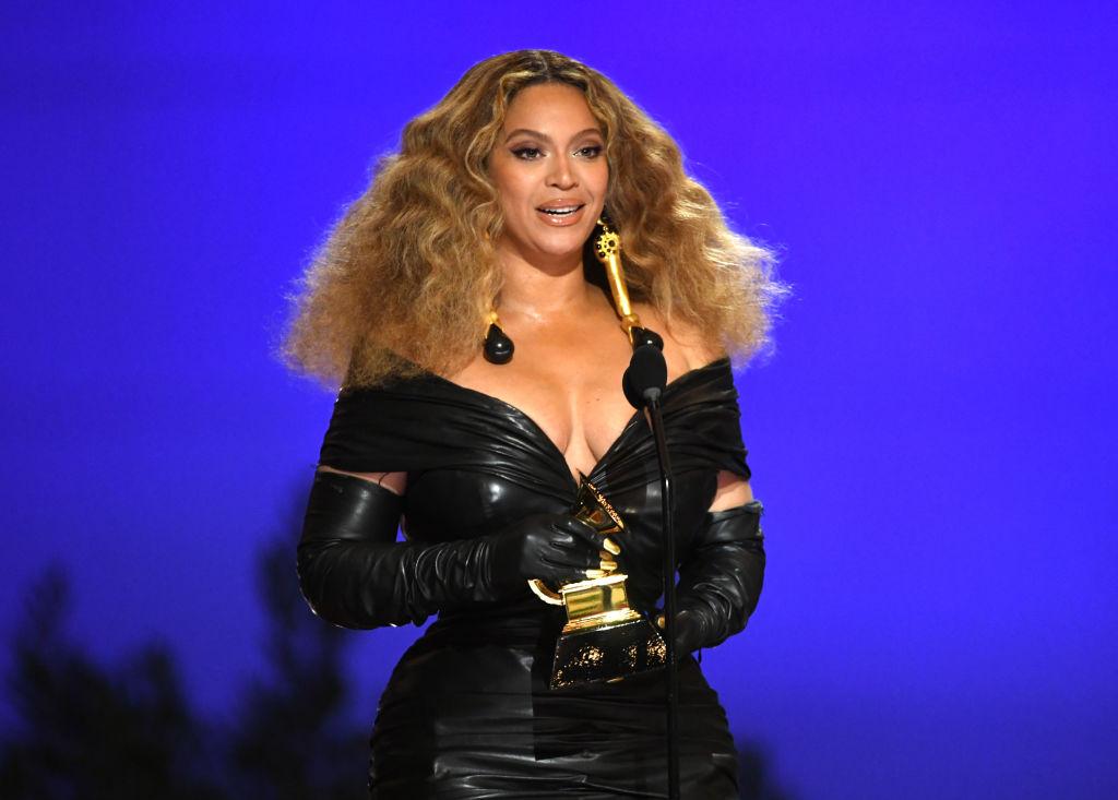 Beyonce, pe scena Premiilor Grammy 2021, cu premiul în mână