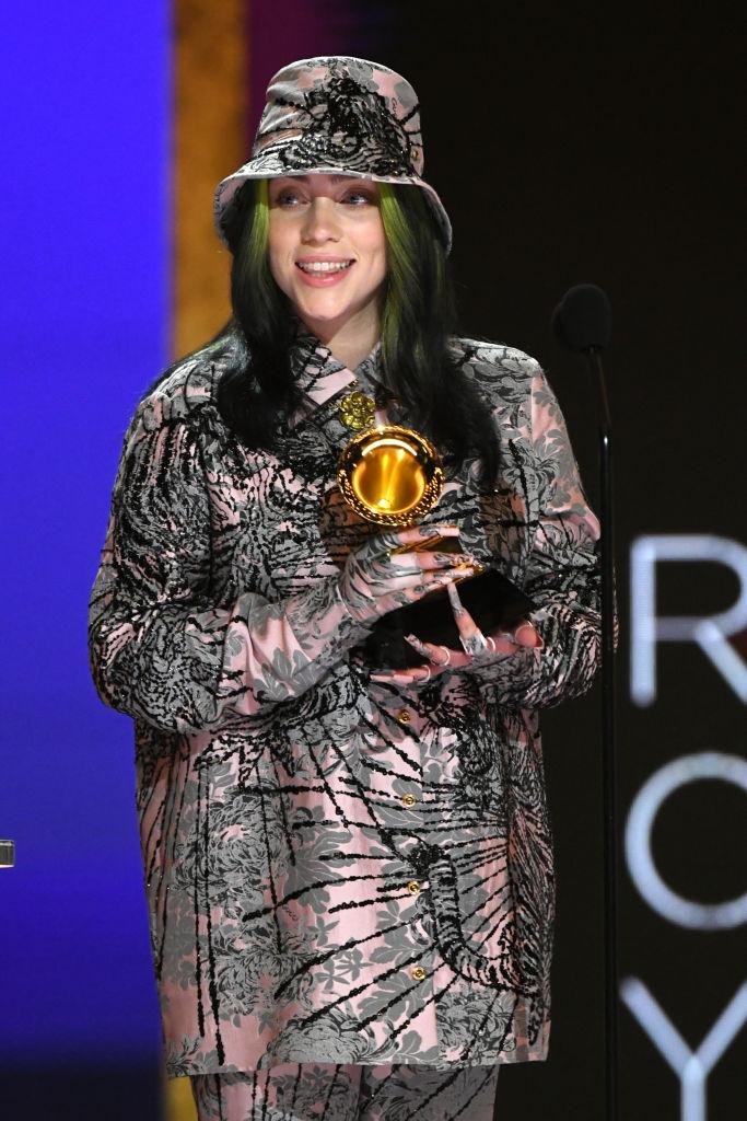 Billie Eilish, pe scena Premiilor Grammy, cu trofeul în mână
