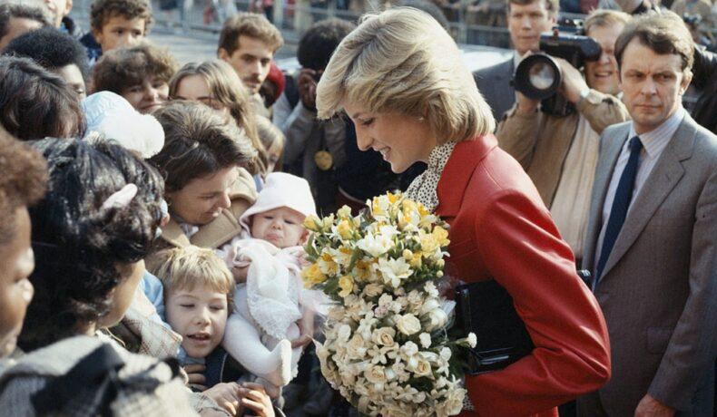 Prințesa Diana în mijlocul mulțimii cu un buchet de flori în brațe