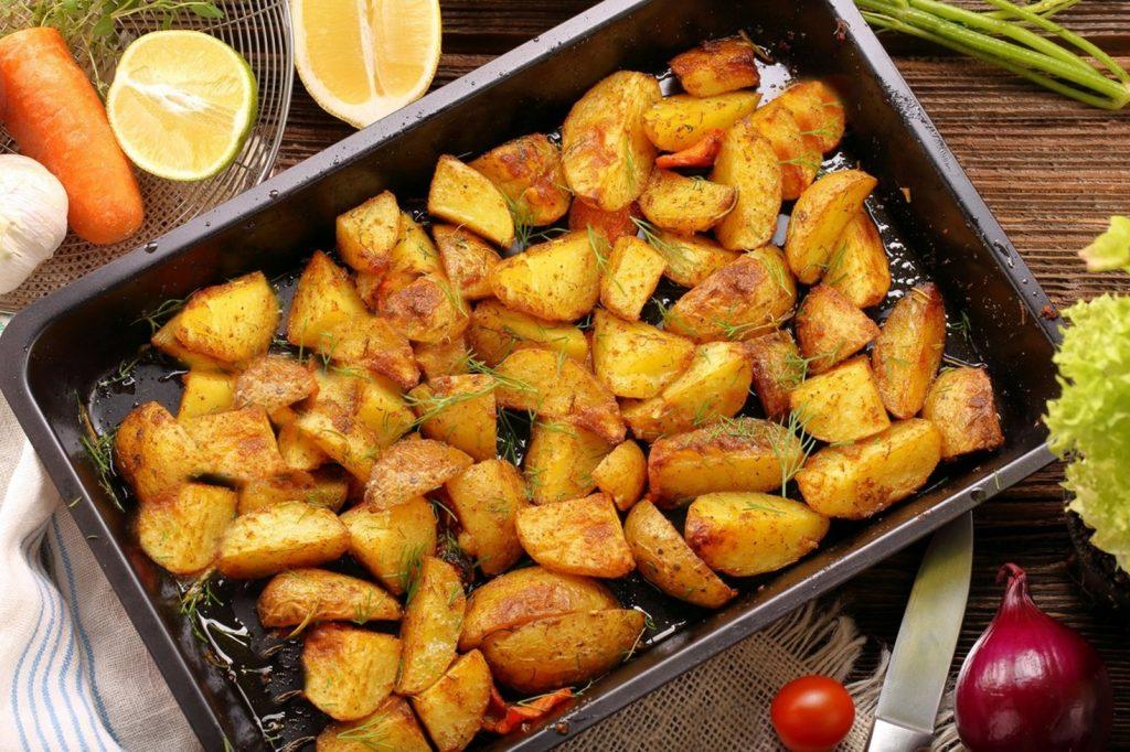 Cartofi cu ierburi aromate, rumeniți la cuptor, gata de servit