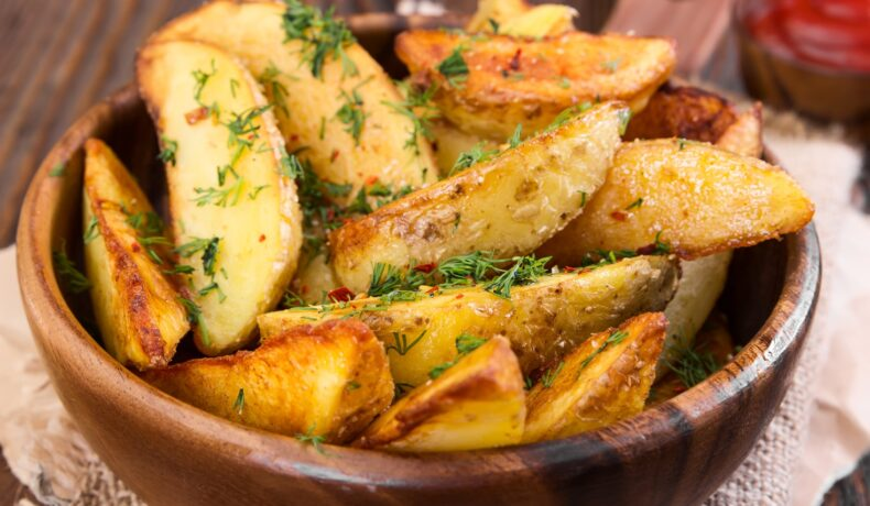 Bol cu cartofi preparați la cuptor cu ierburi aromate