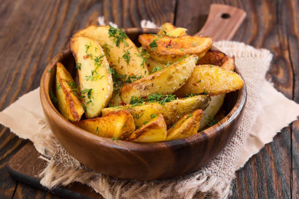 Bol cu cartofi rumeniți la cuptor