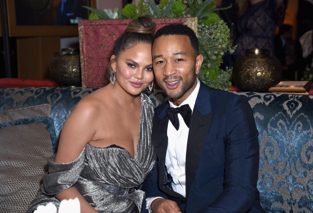Chrissy Teigen, într-o imagine alături de John Legend, la Emmy Party