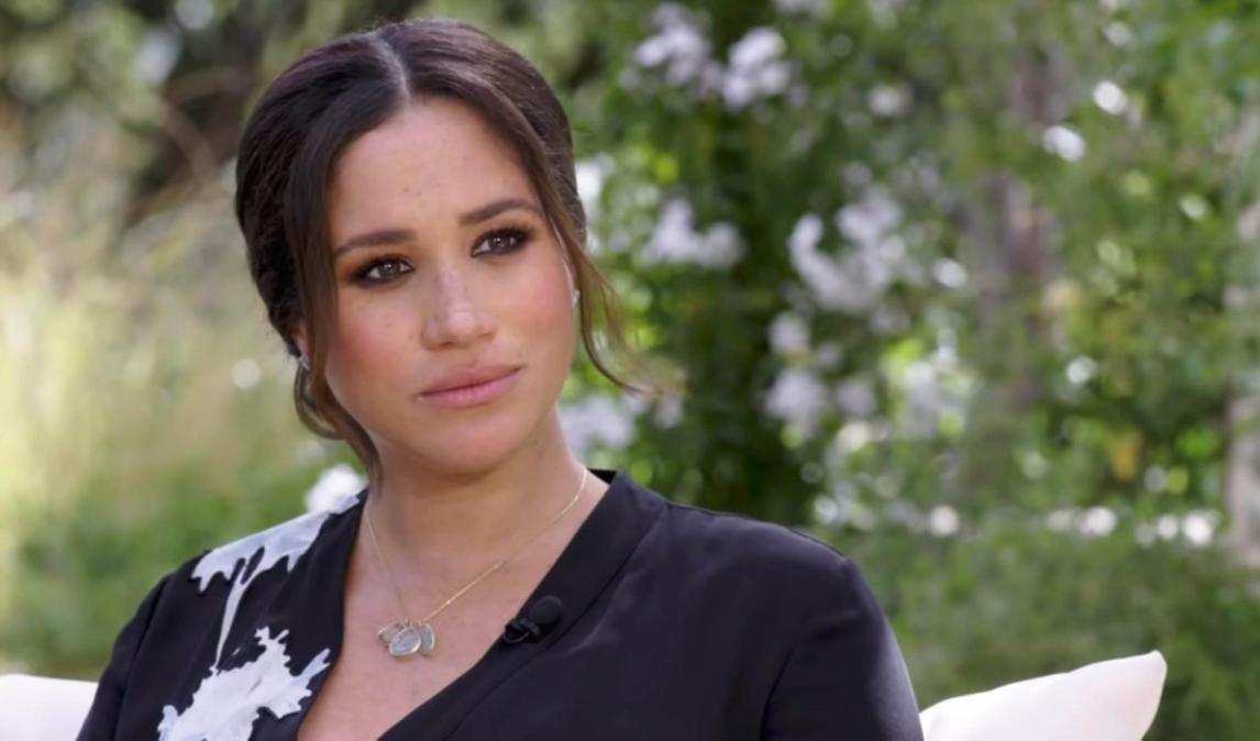Portret Meghan Markle îmbrăcată cu o rochie neagră cu flori de lotus albe aplicate în timpul interviului cu Oprah Winfrey