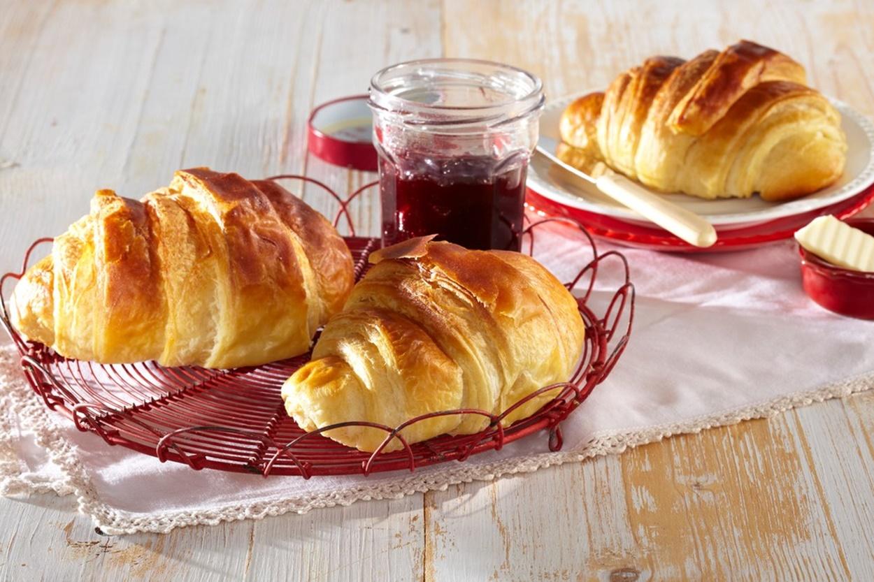 Cornuri pufoase, servite la mic dejun cu gem