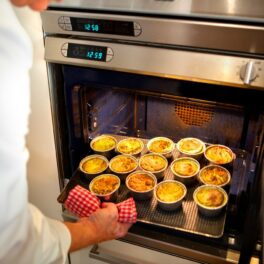 Cremă de zahăr ars în vase mici de porțelan, la cuptor