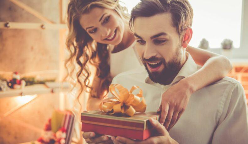 O femeie îi oferă unui barbat un cadou perfect