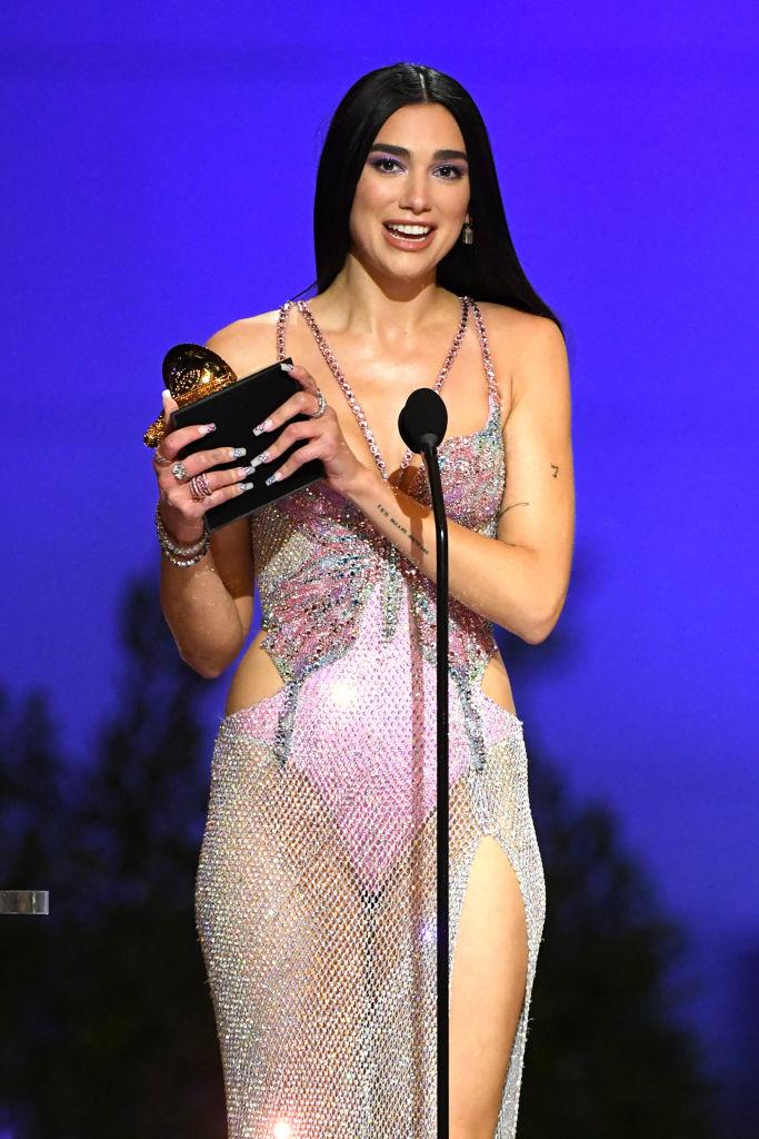 Dua Lipa, pe scena Premiilor Grammy 2021, cu trofeul în mână