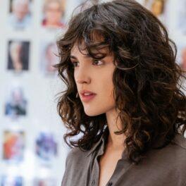 Eiza Gonzalez cu părul creț și o cămașă cachi în I Care a Lot