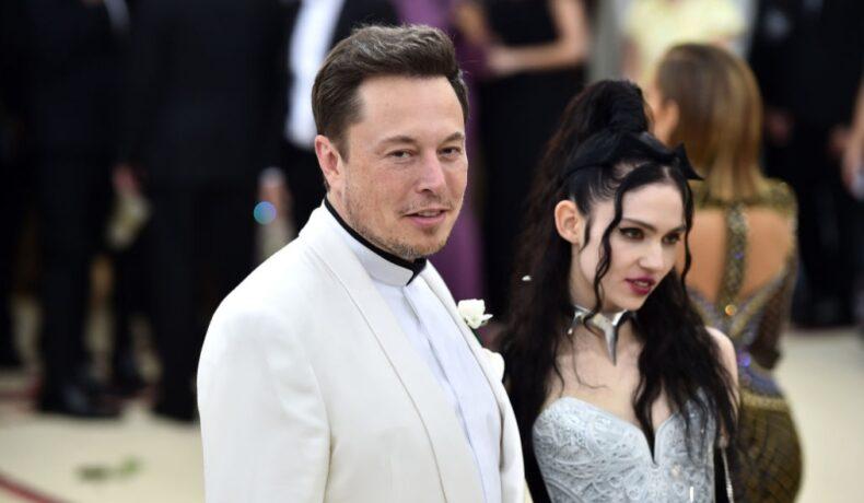 Elon Musk pozează alături de Grimes pe covorul roșu la Met Gala