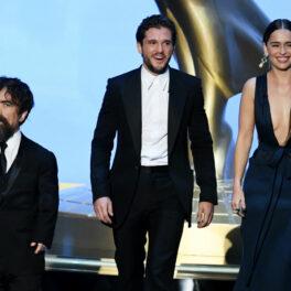 Emilia Clarke pe scenă alături de Kit Haringron și Peter Dinklage