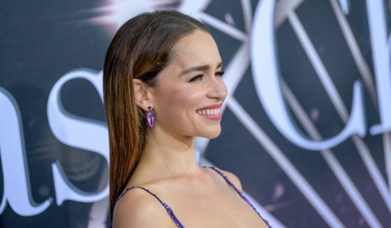 Emilia Clarke zâmbește în timo ce este fotografiată pe covorul roșu