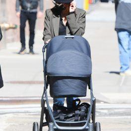 Emily Ratajkowski, la plimbare cu bebelușul ei, de numai 2 săptămâni, Sylvester Apollo Bear