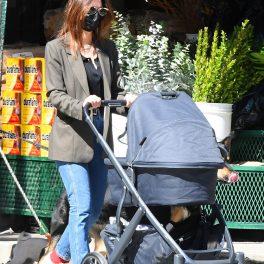Emily Ratajkowski, la plimbare cu bebelușul ei, de numai 2 săptămâni