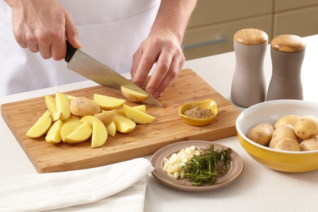 Felierea cartofilor pentru a-i prepara la cuptor