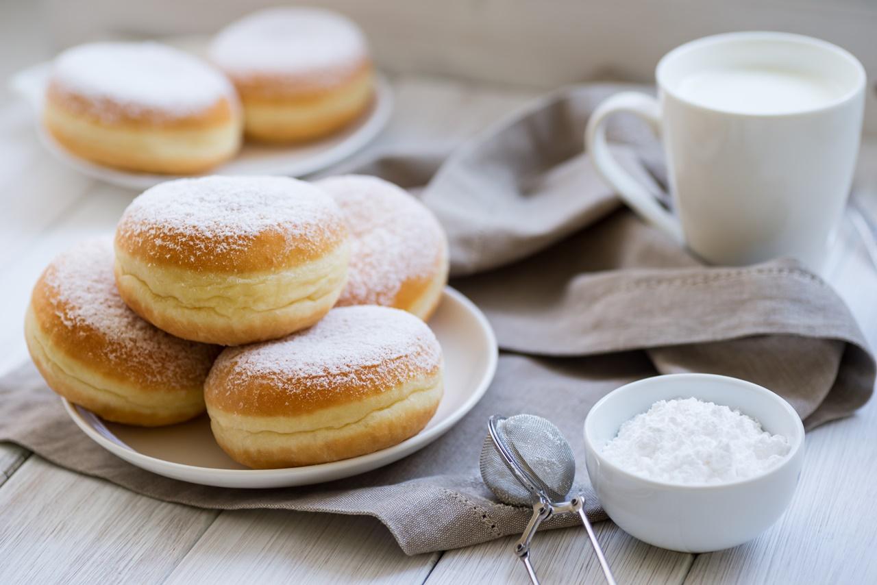 Gogoși de post pudrate cu zahăr, gata de servit