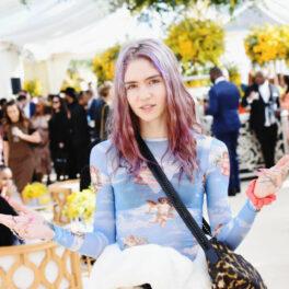 Grimes fotografiată la un eveniment cu părul roz și o bluză albastră transparentă