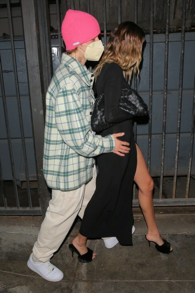 Justin și Hailey Bieber, fotografiați în timp ce ies pe ușa din spate a unui restaurant