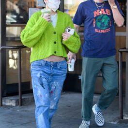Halsey și Alev Aydi ies dintr-un magazin Starbucks îmbrăcați casual