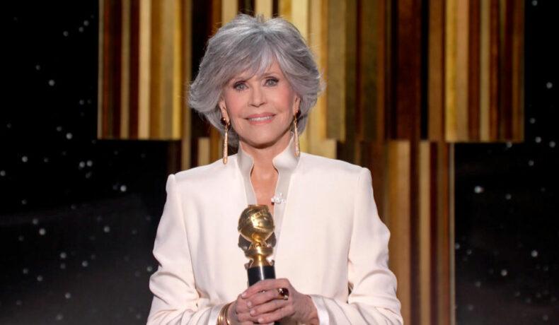 Jane Fonda primește o distincție specială pe scena Globurilor de Aur îmbrăcată cu un sacou alb cu guler înalt