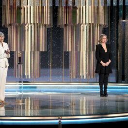 Jane Fonda pe scenă la Globurile de Aur susține un discurs de acceptare a epremiului special îmvrăcată cu un costum alb