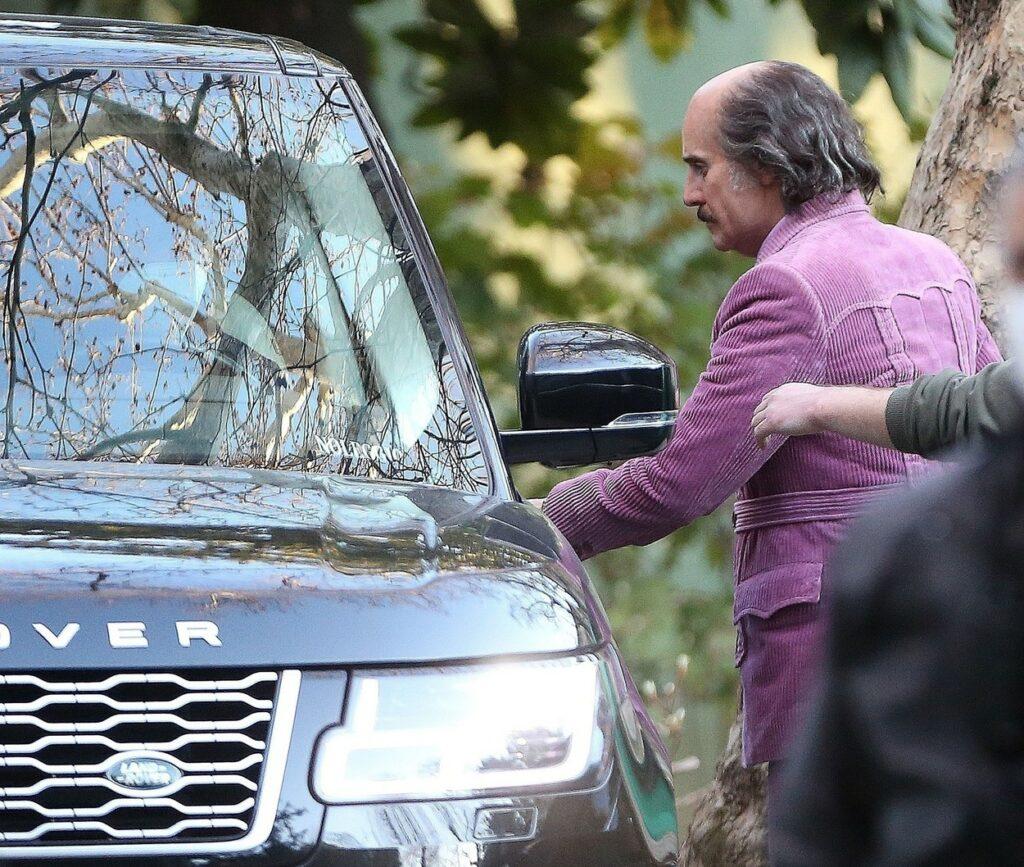 Jared Leto, într-un costum mov, cu pantofi verzi, pe platourile de filmare de la House of Gucci