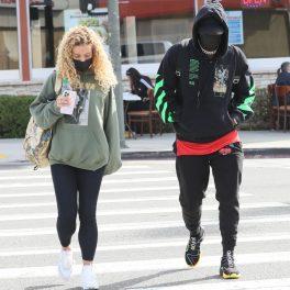 Jason Derulo și Jena Frumes, îmbrăcați lejer, pe stradă