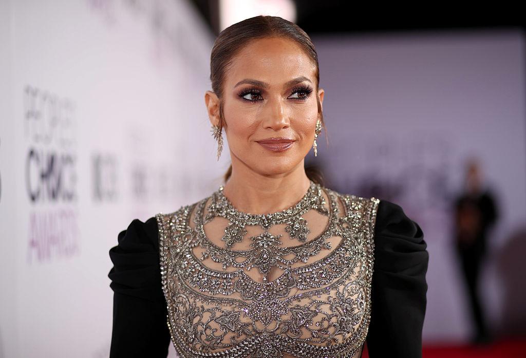 Jennifer Lopez la People's Choice Awards 2017, într-o rochie neagră, cu aplicații strălucitoare