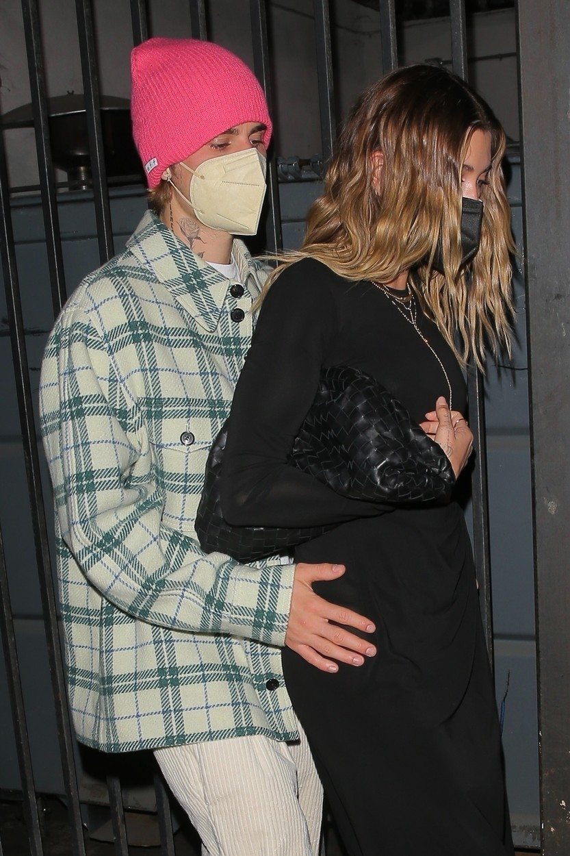Justin Bieber, surprins de fotografi cu mâinile pe șoldurile soției sale