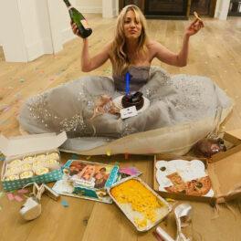 Kaley Cuoco, îmbrăcată într-o rochie argintie, lungă, la decernarea Premiilor Globurile de Aur 2021, în intimitatea casei, în timp ce consumă pizza