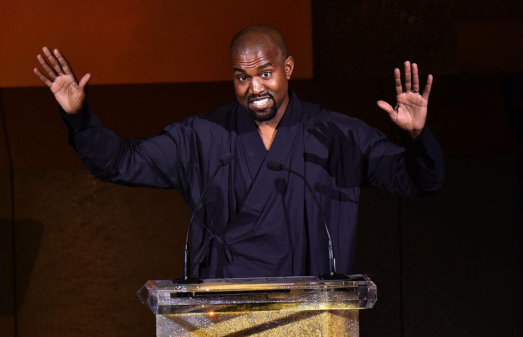 Kanye West, prezent la Fashion Icon Award, în anul 2015, în timp ce susține un discurs